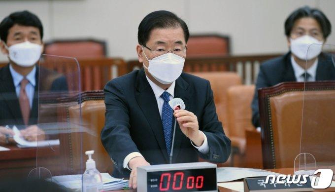 (서울=뉴스1) 오대일 기자 = 정의용 외교부 장관이 20일 서울 여의도 국회에서 열린 외교통일위원회 전체회의에서 조태용 국민의힘 의원의 일본정부 후쿠시마 원전 오염수 방류와 관련한 질문에 답하고 있다. 2021.4.20/뉴스1