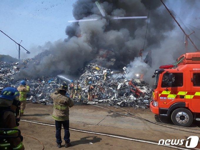 시흥시 과림동 폐기물처리장 화재 현장. © 뉴스1