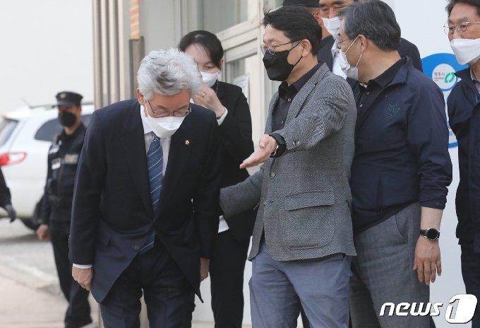 공직선거법 위반 혐의로 구속된 뒤 보석 허가로 석방된 더불어민주당 정정순 의원(청주 상당)이 20일 청주교도소 앞에서 지지자들과 인사를 하고 있다. 2021.4.20/뉴스1© 뉴스1 김용빈 기자