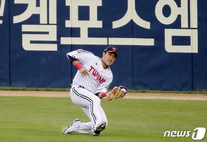 [사진] 채은성 '몸을 날려 호수비'