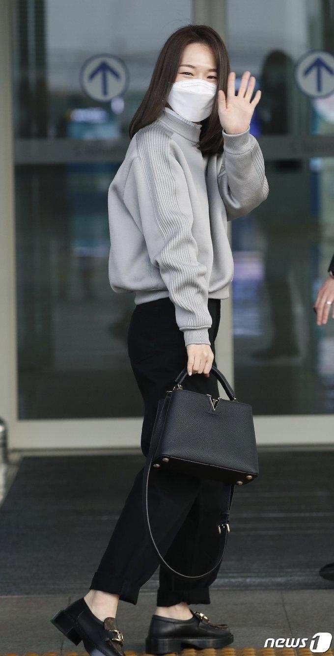 배우 한예리가 20일 오후 '제93회 아카데미 시상식' 참석차 인천국제공항을 통해 미국 LA로 출국하며 사랑스러운 인사를 하고 있다. 2021.4.20/뉴스1 © News1 권현진 기자