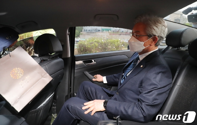 [사진] 차량 타고 이동하는 정정순 의원