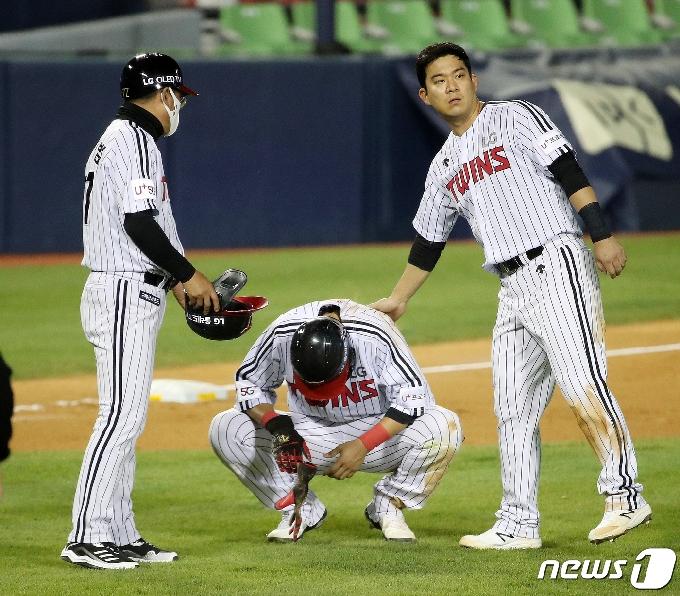 [사진] 채은성 위로하는 김민성