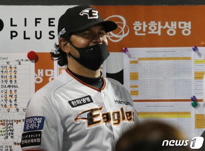 [사진] 미소 보이는 수베로 감독