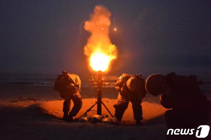 [사진] 육군 50사단 동해안에서 야간 조명탄 사격 훈련