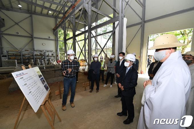[사진] 국보 보수현장 살피는 김현모 청장