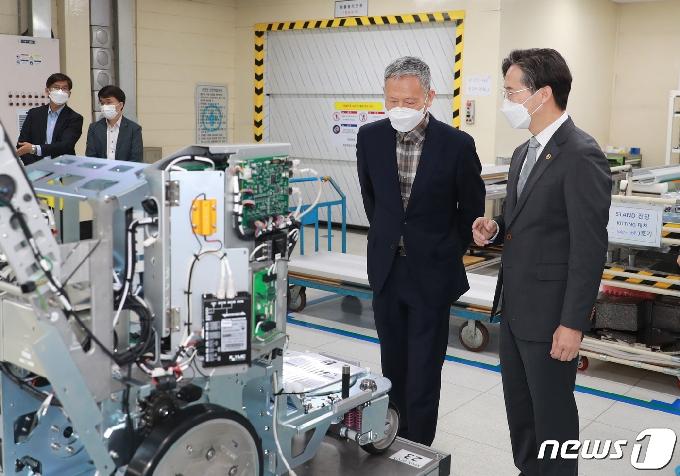 [사진] 코로나19 방역물품 생산 업체 찾은 박진규 차관