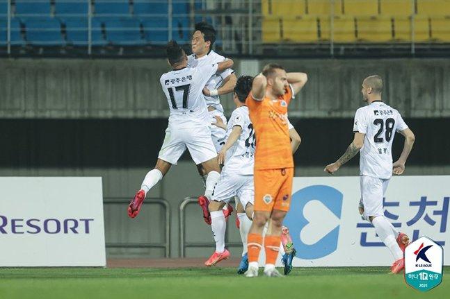 20일 강원FC전에서 결승골을 터뜨린 뒤 골 세리머니를 펼치고 있는 광주FC 이한도. /사진=한국프로축구연맹