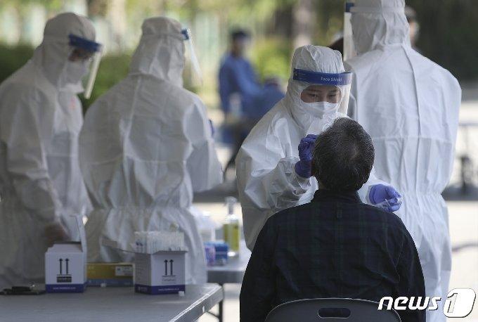 지난 13일 오전 울산 남구 문수축구경기장 대형버스 정류장에 마련된 신종 코로나바이러스 감염증(코로나19) 임시 선별검사소를 찾은 시민들이 검사를 받고 있다. 2021.4.19 /뉴스1 © News1 윤일지 기자