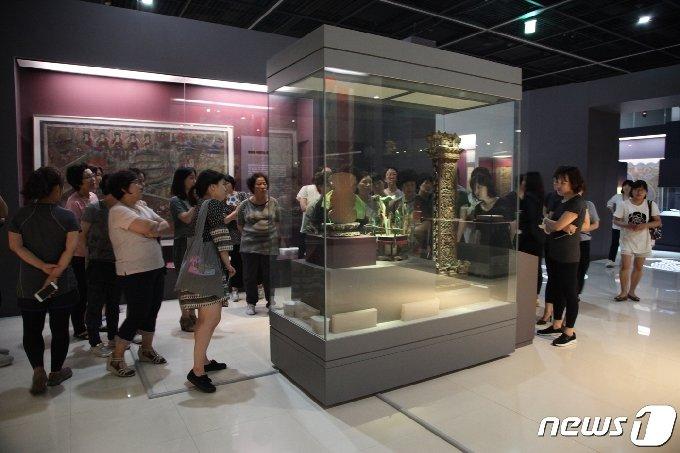기획전 관람중인 참여자들(국립해양박물관제공)© 뉴스1
