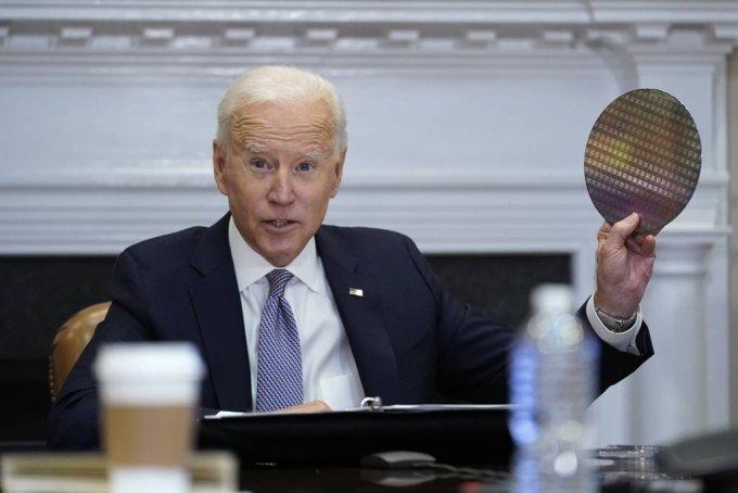 [워싱턴=AP/뉴시스]12일(현지시간) 미국 워싱턴 백악관 루즈벨트룸에서 열린 반도체 공급망 복원에 관한 최고경영자(CEO) 화상 회의에 참석해 실리콘 웨이퍼를 들고 있다.