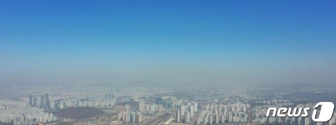 (화성=뉴스1) 조태형 기자 = 수도권 일부 지역에 미세먼지 경보가 발령된 30일 오전 경기도 화성시내 위로 미세먼지층이 뿌옇게 보이고 있다. 2021.3.30/뉴스1