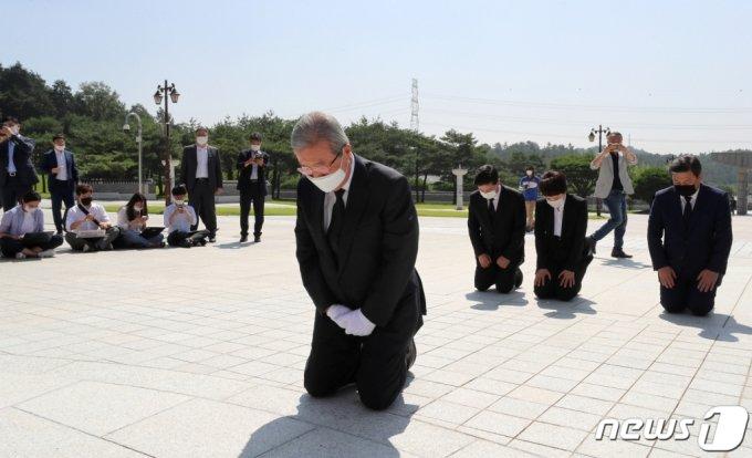 지난해 8월19일 당시 김종인 전 국민의힘 비대위원장이 광주 북구 국립5·18민주묘지에서 무릎꿇고 참배하고 있다./사진=뉴스1