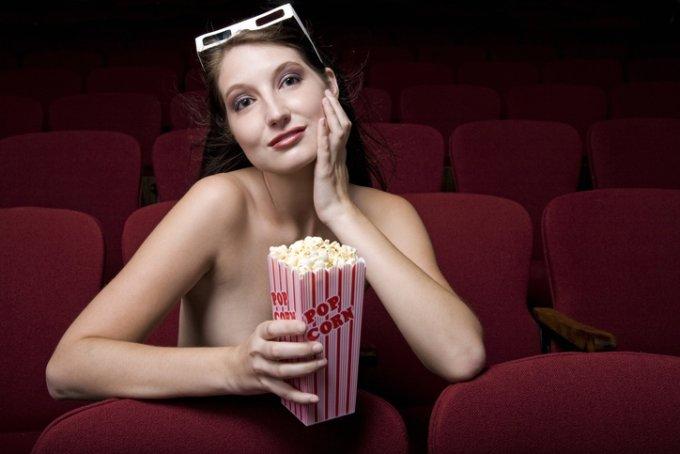 올누드 상태로 극장 안에 모여 영화를 관람하는 이색 상영회가 호주에서 열리고 있다. /사진=게티이미지뱅크
