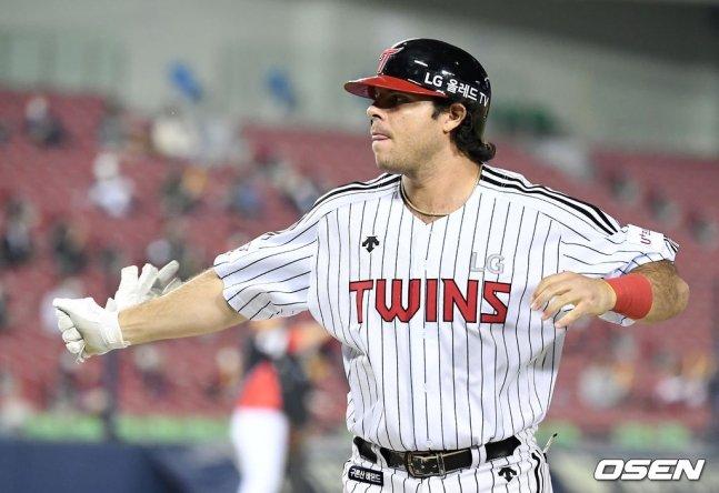 5회말 2사 2루에서 뜬공에 그친 후 배팅 장갑을 찢어버린 LG 라모스. 이후 7회말 맨손으로 홈런을 때려냈다.