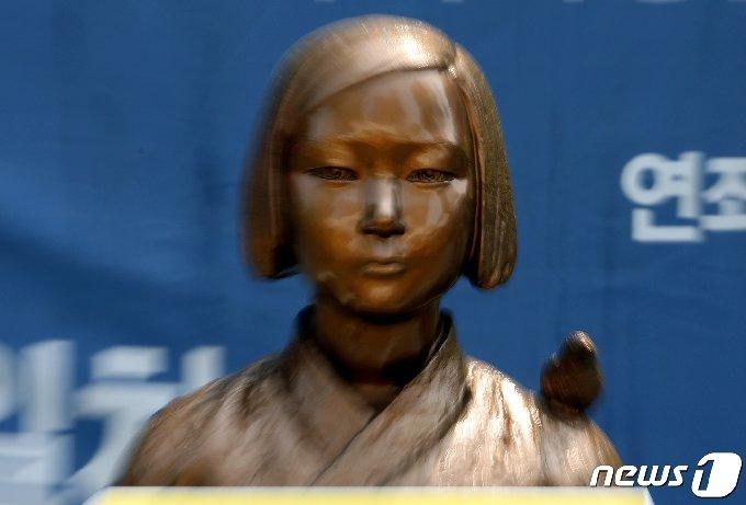 서울 종로구 옛 일본대사관 앞 평화의 소녀상. 2021.4.21/뉴스1 © News1 이동해 기자