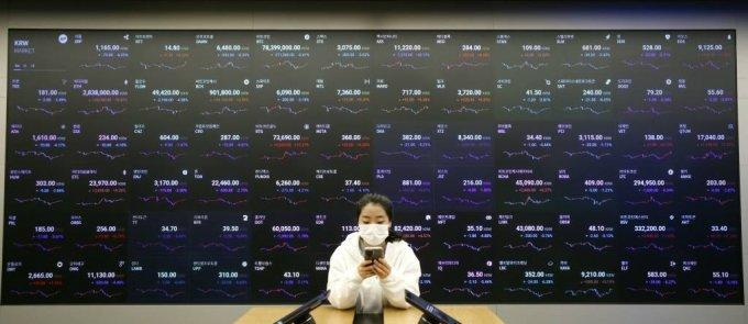 6일 서울 강남구 업비트 라운지에서 직원이 가상화폐 시세를 살피고 있다. /사진=뉴시스/사진=