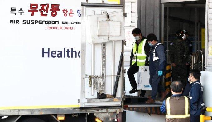 코로나19 화이자 백신 25만회분이 21일 오전 인천국제공항 화물터미널에 도착해 백신 수송 관계자들이 백신을 운송 차량에 싣고 있다. 2021.04.21. /사진제공=뉴시스