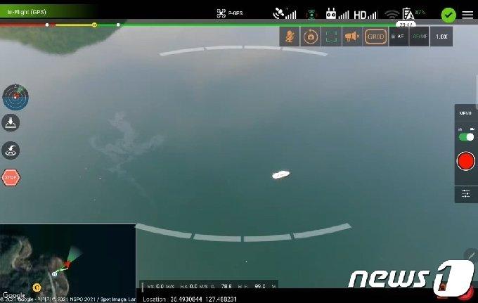 충북도 산불진화 헬기가 추락한 지점으로 추정되는 수면 위에 기름띠가 떠있다.(충북소방본부 제공).2021.4.21/© 뉴스1