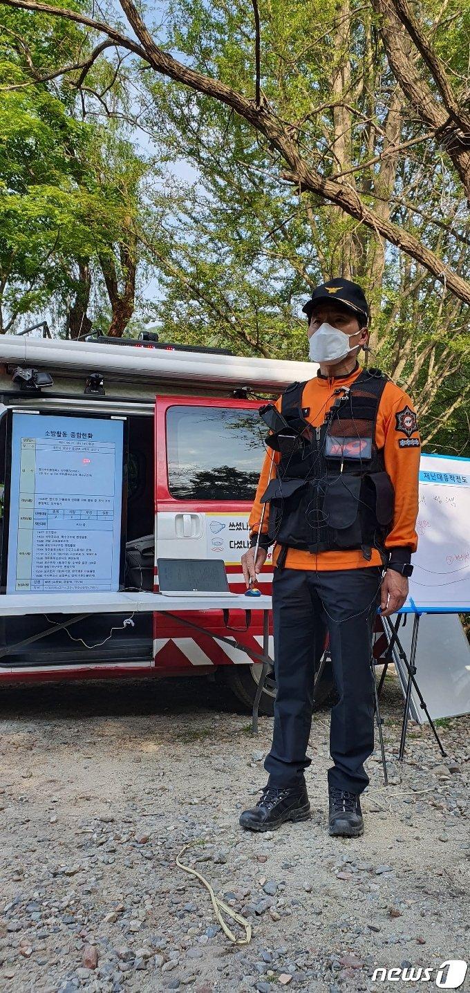 소방관계자가 헬기 추락 사고 현장에서 브리핑하고 있다.2021.4.21/© 뉴스1 조준영 기자