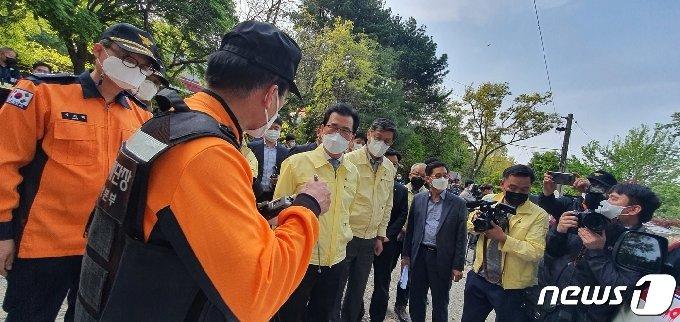 이시종 충북지사가 헬기 추락 사고 현장에서 소방관계자로부터 브리핑을 받고 있다.2021.4.21/© 뉴스1 조준영 기자