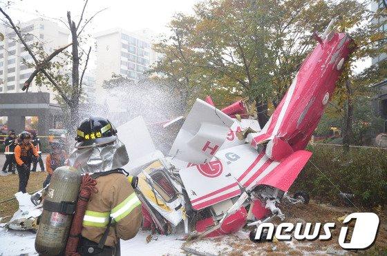 2013년 11월16일 오전 서울 삼성동 아이파크아파트에 민간헬기가 충돌해 추락하는 사고가 발생해 소방대원들이 구조작업을 펼치고 있다. (강남소방서 제공) 2013.11.16/뉴스1