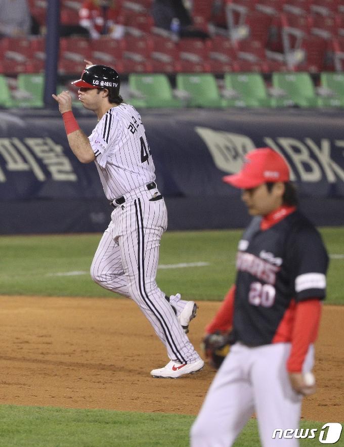 [사진] LG 라모스 '이준영 상대 3점 홈런'