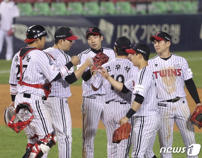 [사진] 승리 자축하는 LG
