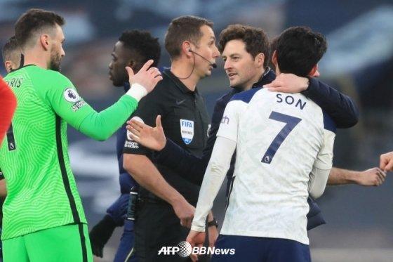 경기 후 손흥민(오른쪽)의 머리를 끌어안고 있는 메이슨(오른쪽에서 두 번째) 토트넘 감독대행. /AFPBBNews=뉴스1