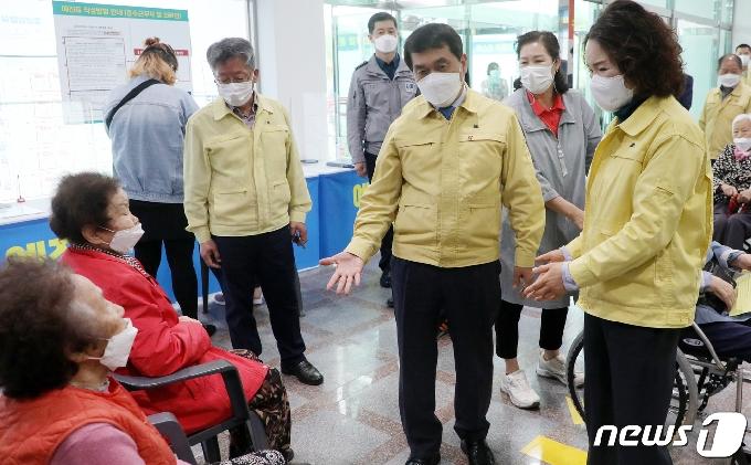 [사진] 수방접종센터 찾은 박성일 완주군수