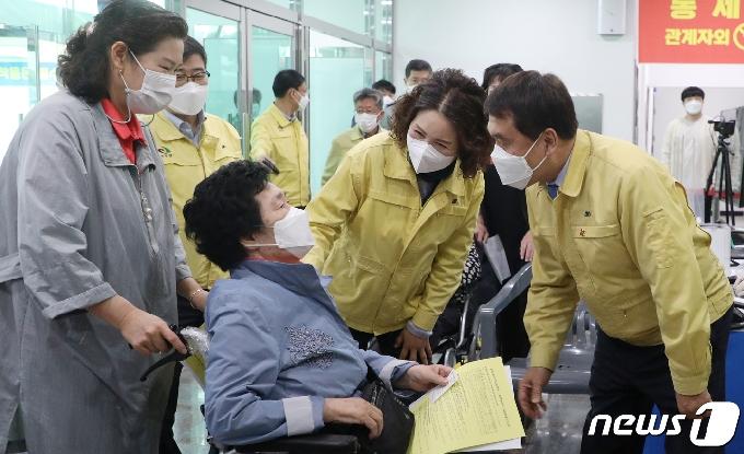 [사진] 박성일 완주군수, 예방접종센터 개소에 현장 찾아 어르신들 위로