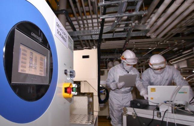 LG디스플레이 직원들이 파주 공장에 설치된 온실가스 감축설비를 통해 배출되는 온실가스량을 점검하고 있다. /사진제공=LG디스플레이