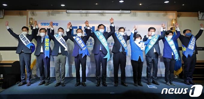 [사진] 당원들에게 인사하는 후보자들