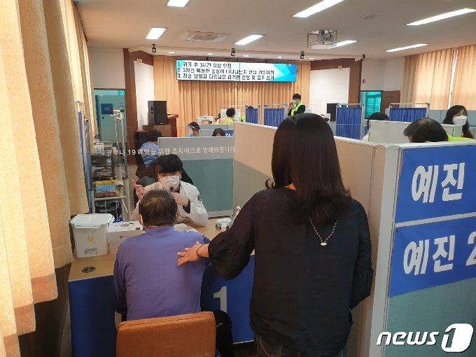 22일 충북 영동군보건소에서 어르신들을 상대로 코로나19 백신 접종을 하고 있다.(영동군 제공)© 뉴스1