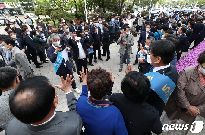 [사진] 합동연설회에 모인 당원들