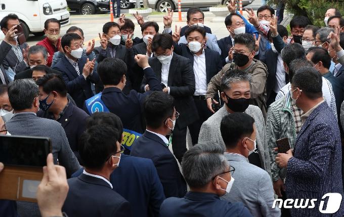 [사진] 더불어민주당 대표·최고위원 후보자 순회 합동연설회 모인 당원들