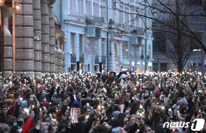 [사진] 휴대폰 불빛 비추는 나발니 지지 러시아 시위대