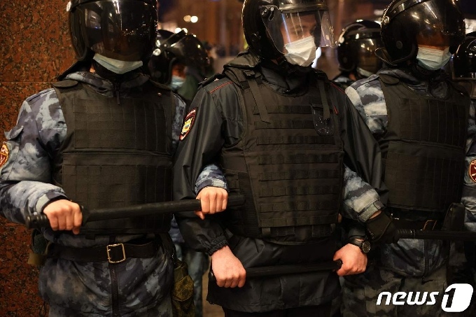 [사진] 팔짱 끼고 시위대 접근 막는 러시아 경찰