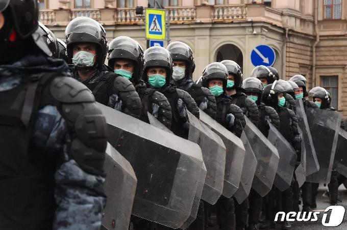 [사진] 나발니 지지 시위대 도로 접근 봉쇄하는 러 경찰
