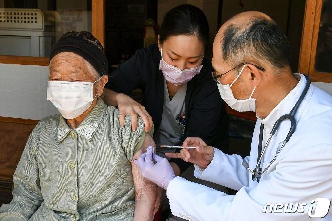 [사진] 가정 방문해 백신 접종하는 일본 의료 종사자들