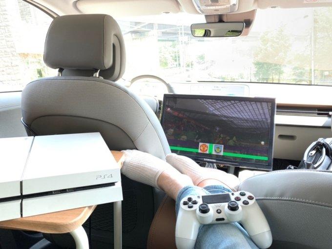 현대차 아이오닉5의 V2L을 이용해 게임을 하는 모습/사진=이강준 기자