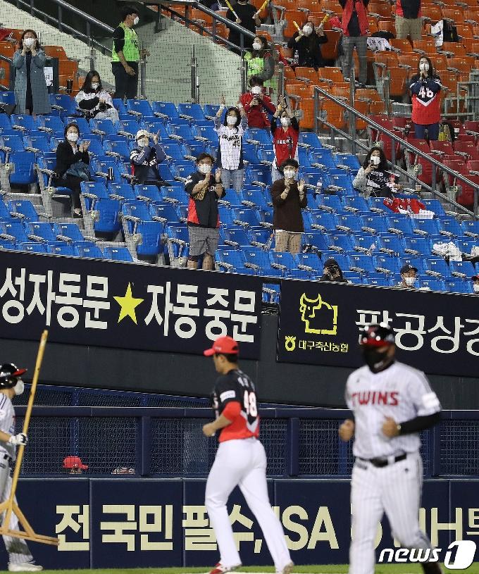 [사진] 이의리를 향한 KIA 팬들의 기립박수