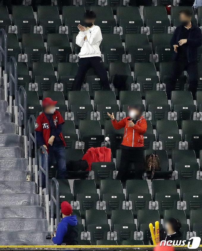 [사진] 홈런볼 잡지 말고 피하세요