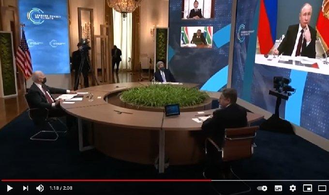 22일 열린 기후정상회의에서 기술적 문제가 발생해 블라디미르 푸틴 러시아 대통령이 당황하고 있다. 사진은 회의를 주재한 조 바이든 미 대통령과 토니 블링컨 미 국무장관, 존 케리 기후 특사와 화상 상의 푸틴 대통령.-유튜브 화면 갈무리