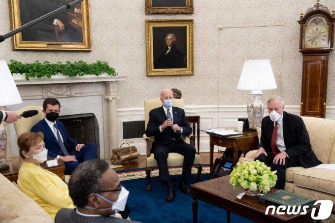 (워싱턴 AFP=뉴스1) 우동명 기자 = 조 바이든 미국 대통령이 19일(현지시간) 워싱턴 백악관에 의회 초당파 그룹을 초청해 2조 3000억 달러 규모의 초대형 인프라 구축과 일자리 창출 계획을 논의하고 있다.  (C) AFP=뉴스1
