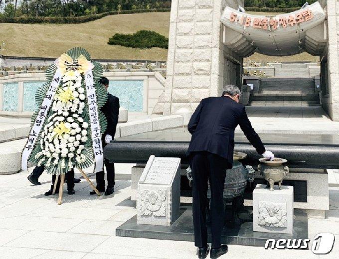 지난 21일 오전 광주 북구 운정동 국립5·18민주묘지에서 노태우 전 대통령의 장남 노재헌씨가 아버지의 이름으로 헌화한 후 분향을 하고 있다.(독자제공)2201.4.22/뉴스1 © News1 허단비 기자