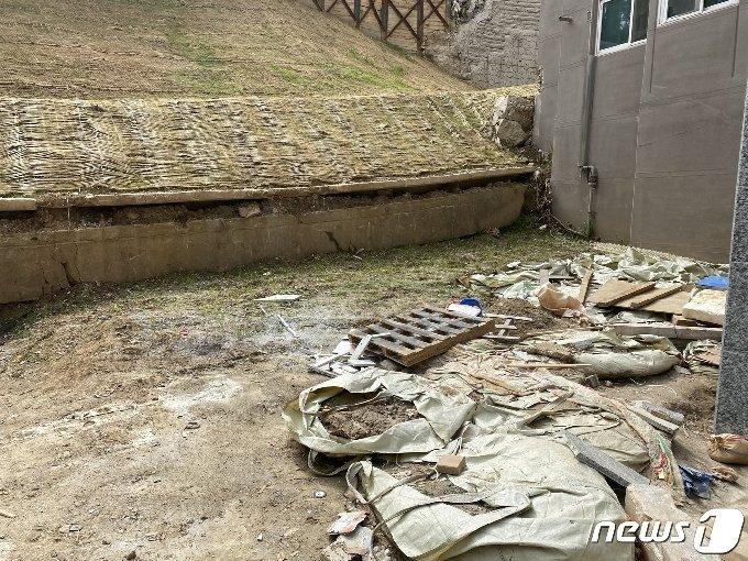 붕괴된 옹벽 앞 널브러진 자재들. © 뉴스1