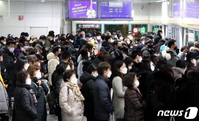 김포도시철도 기다리는 김포시민들 /뉴스1 © News1 정진욱 기자
