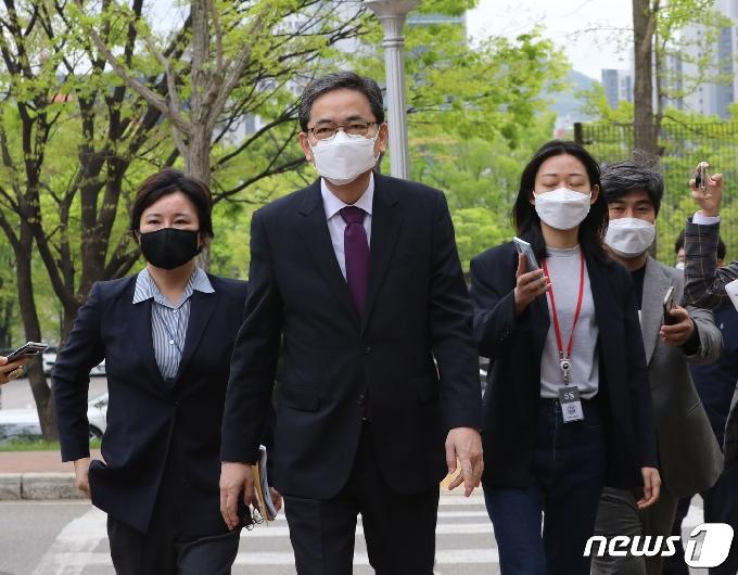 [사진] 취재진의 질문 받으며 공수처로 향하는 곽상도 의원