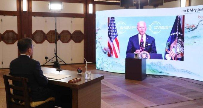 문재인 대통령이 22일 청와대 상춘재에서 화상으로 열린 기후정상회의에 참석해 조 바이든 미국 대통령의 모두발언을 듣고 있다. /사진=뉴시스